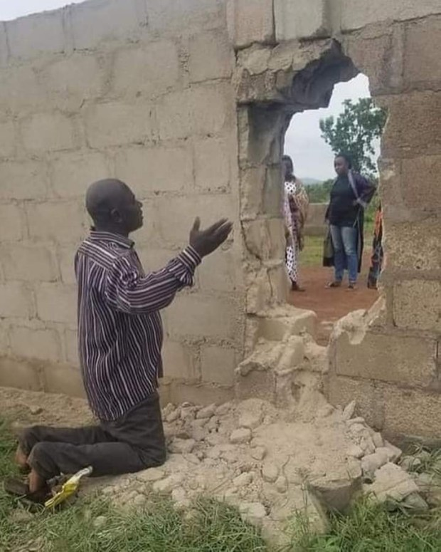 Heartbreaking photos of one of the fathers of the abducted students praying fervently for the rescue of his child