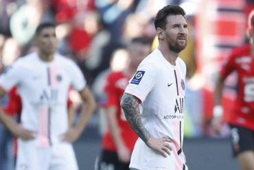 Lionel Messi reacts to Rennes' first goal