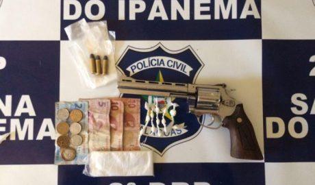 Drogas e uma arma de fogo foram apreendidas na ação. (Fotos: Ascom/PC)