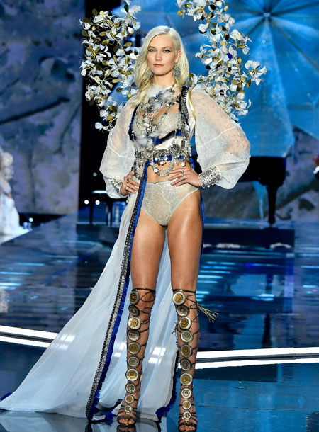 fashion-show-runway-2017-a-winters-tale-karlie-look-10-victorias-secret 4chion lifestyle