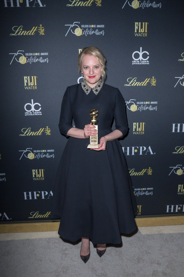 Elisabeth Moss poses backstage with her Golden Globe Award at the 75th Annual Golden Globe Awards, 4chion lifestyle