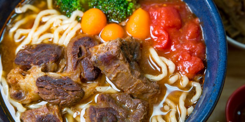 【台南美食】台南好吃的牛肉麵,人潮滿滿~湯頭好特別! 黑炫瘋乖乖牛肉麵