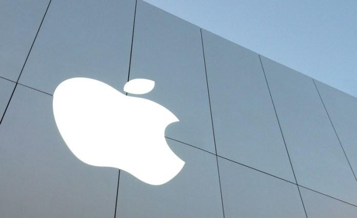 O icónico logo da Apple na loja de S. Francisco