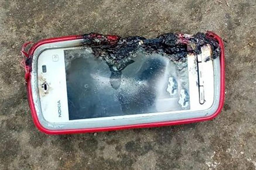 Jovem morre após celular explodir enquanto ela falava com parente