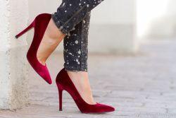 adicta_a_los_zapatosinstagramsalones_terciopelo_burdeos-burgundymodelo_bridgetdabiel_footwearimg_3273
