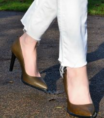 white-jeans-khaki-pumps0