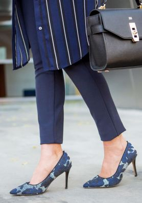 Sydne-Style-wears-sole-society-printed-pumps-in-blue-and-black-shoes
