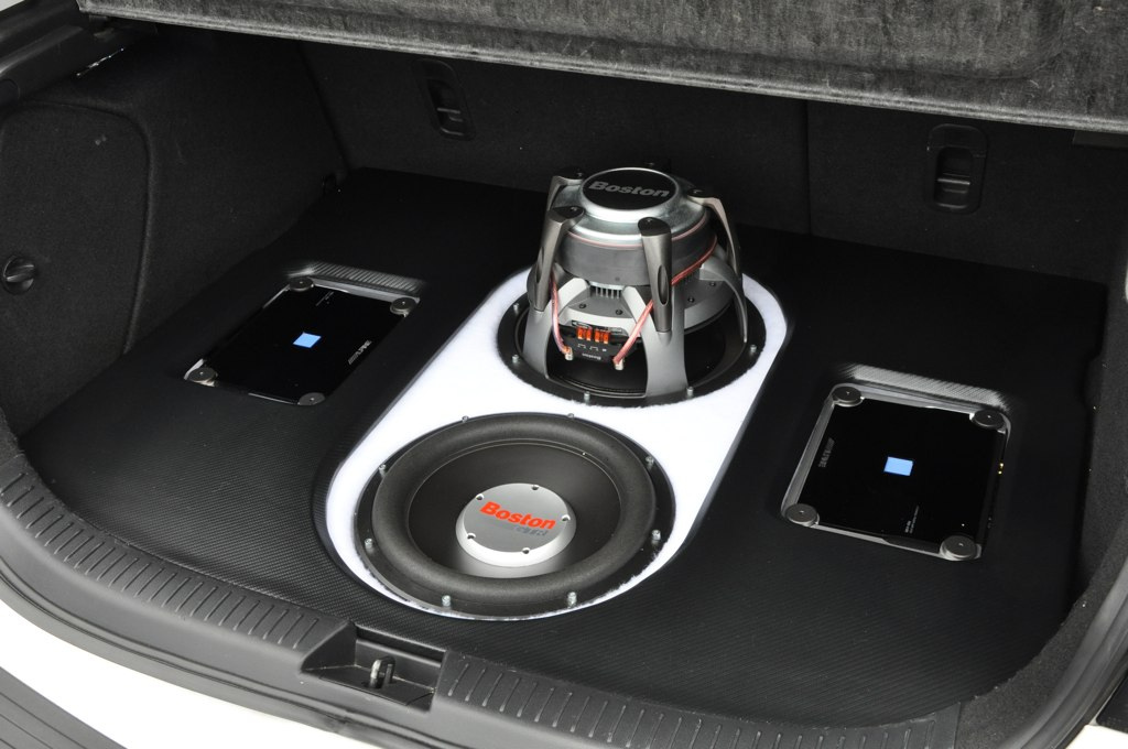 custom trunk subwoofer and amp car audio - Guida al Subwoofer per auto: passivo o attivo?