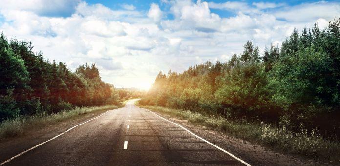 Straße mit Sonne