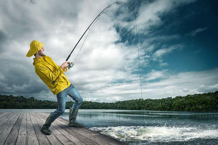 Fischer angelt mit gelber Jacke