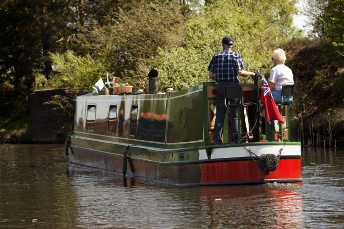 Narrowboat schwimmt
