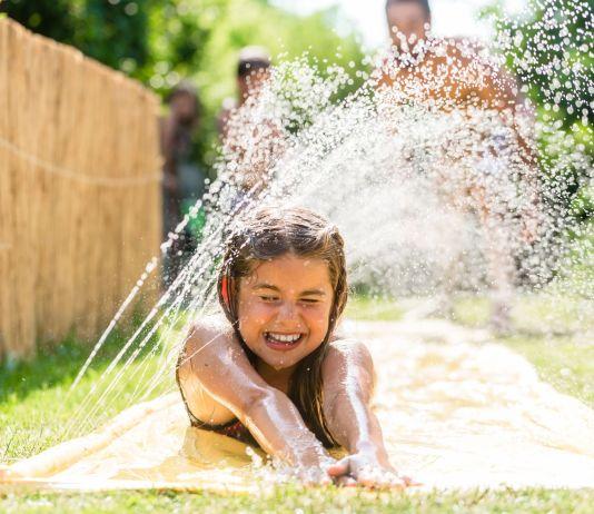 Mädchen auf Wasserrutsche