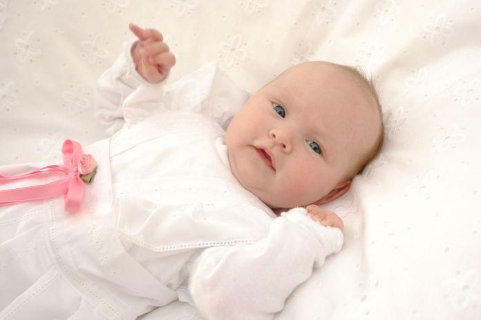 Baby auf einem Kissen für die Taufe
