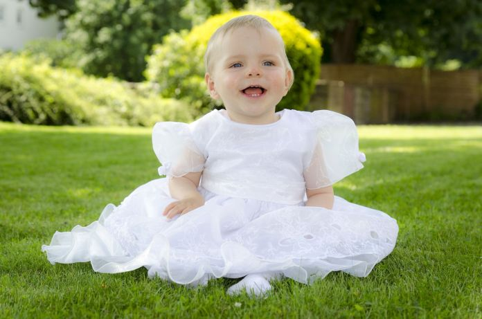Kind mit Kleid
