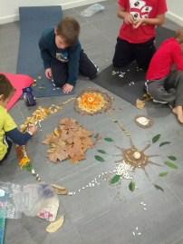 Amb unes quantes fulles recollides, unes mandarines i pasta i llegums seca varam començar la nostra mandala