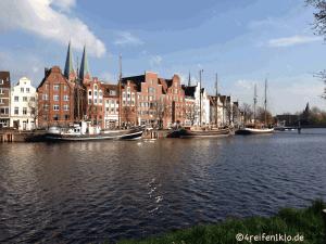 Museumshafen mit Otimer-Schiffen in Lübeck in geringer Entfernung der lübecker Altstadt.und der denkmalgeschützten Drehbrücke.und der denkmalgeschützten Drehbrücke