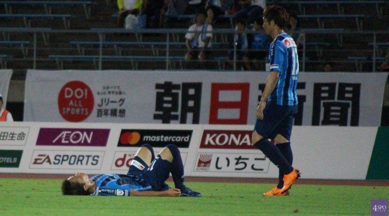 残り8分からの逆転負けに倒れこみ、肩を落とすカマタマーレ讃岐の選手たち