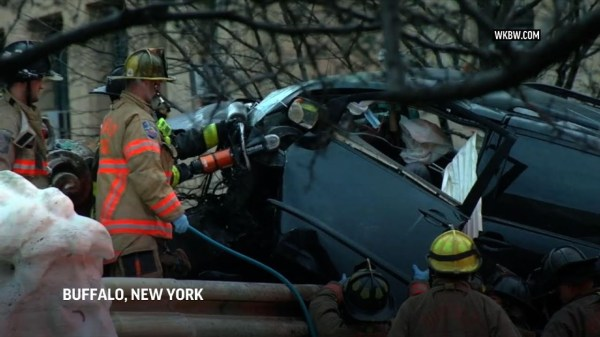One dead after speeding minivan hits NY monument