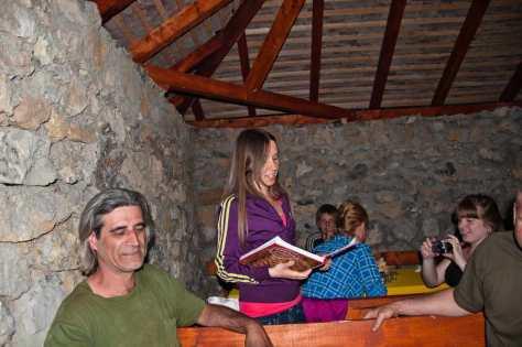 Recitovanje pesmice upisane u knjigu utisaka