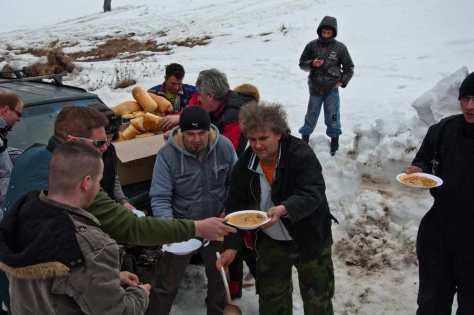 Vlada Zaharijev služi ručak na Ploči