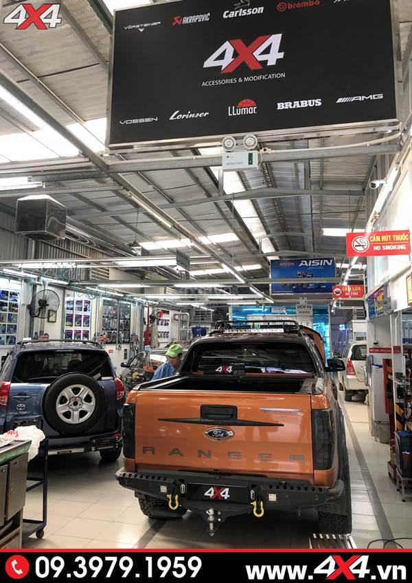 Đồ chơi xe Ranger: Xe bán tải Ford Ranger Wildtrak gắn cản sau Option tại 4x4