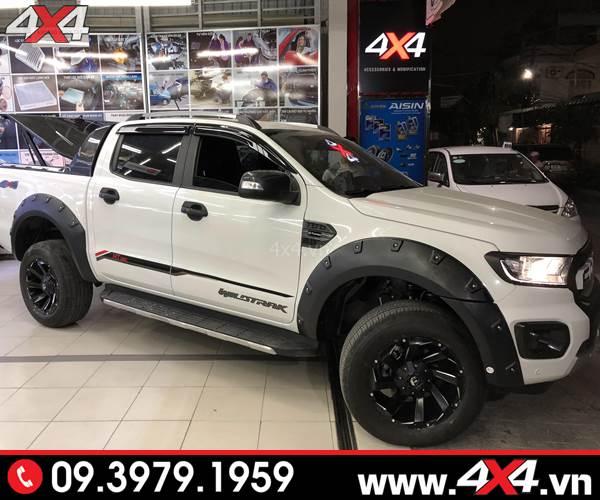 Chiếc bán tải Ford Ranger trắng gắn ốp cua lốp Ranger có đinh lồi đẹp và cứng cáp