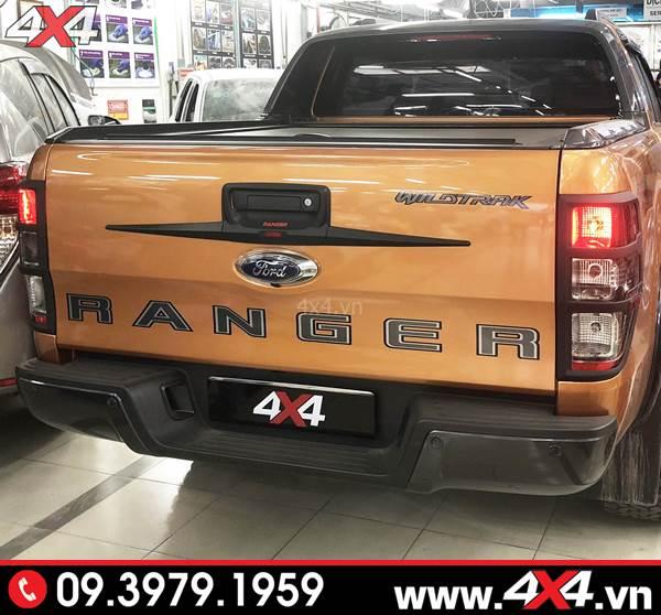 Đồ chơi xe Ranger: Ốp tay mở cốp thùng sau Ford Ranger màu đen đẹp và ngầu độ xe bán tải