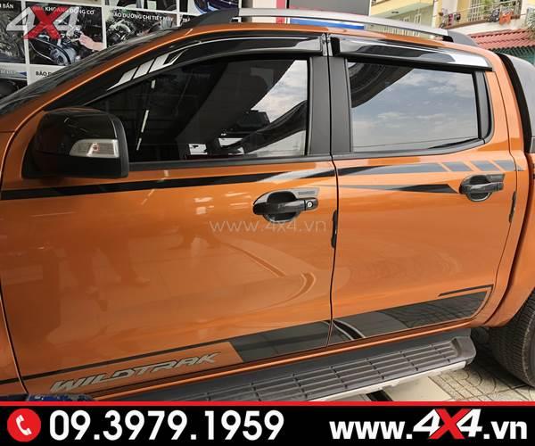 Xe Ford Ranger màu cam gắn ốp viền che mưa đen trăng đẹp và hài hòa