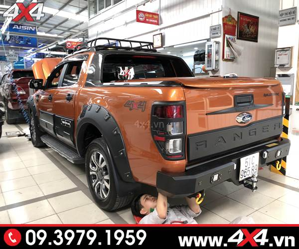 Chiếc Ford Ranger độ ốp cốp sau bản nhỏ màu đen đẹp và cứng cáp