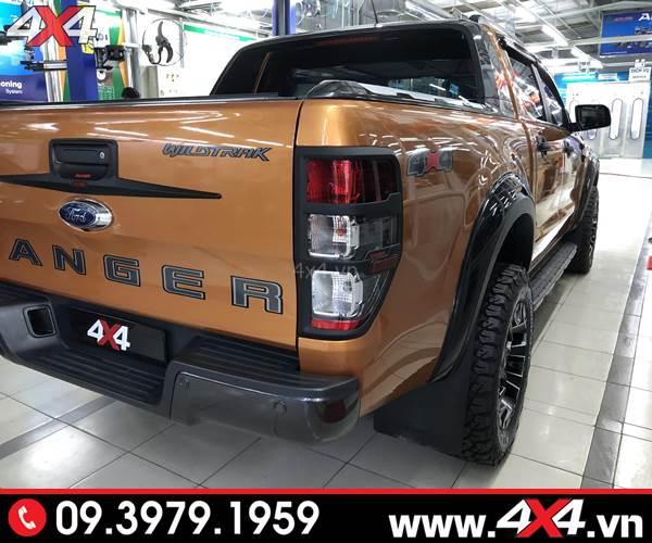 Ốp viền đèn hậu Ford Ranger màu đen độ đẹp và chất cho xe bán tải