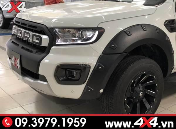 Chiếc bán tải Ford ranger màu trắng độ ốp viền đèn trước màu đen đẹp và nổi bật