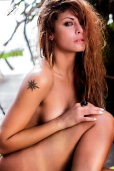 Amanda Rosa desnuda en cunclillas deja mostra un tatuaje de una estrella en el braso derecho, ese pelo muy sexy