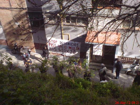unas 35 personas se concentran delante de la calle perafita 67