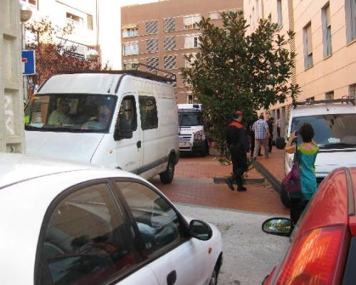desahucio con furgonetas mossos, ambulancia, cerrajeros, enseres y mudanzas