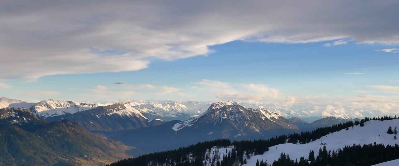 Au col des aravis au dessus de la Clusaz Haute-Savoir pour le lundi soleil de février