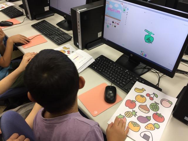 パソコンに向かう子供