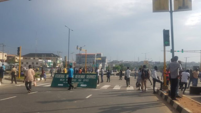 hoodlums - IMG 20201019 WA0022 768x432 1 - Hoodlums Setup Road Block Around Lagos Collect Toll As EndSars Protest Continues