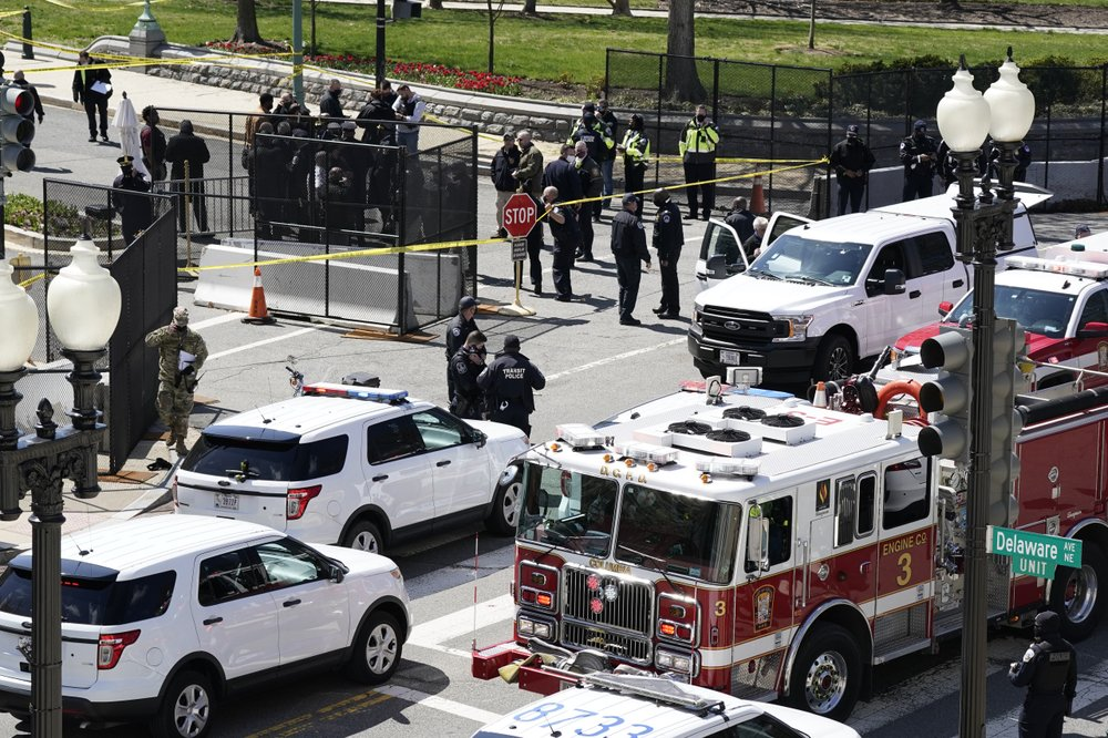 man rams car into 2 capitol police; 1 officer, driver killed - 1000 - Man rams car into 2 Capitol police; 1 officer, driver killed
