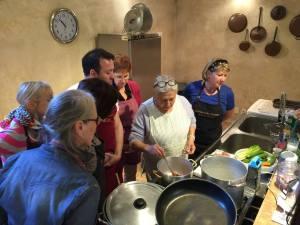 Auch der Genuss darf nicht zu kurz kommen - unsere Teilnehmerinnen und Teilnehmer beim Kochkurs