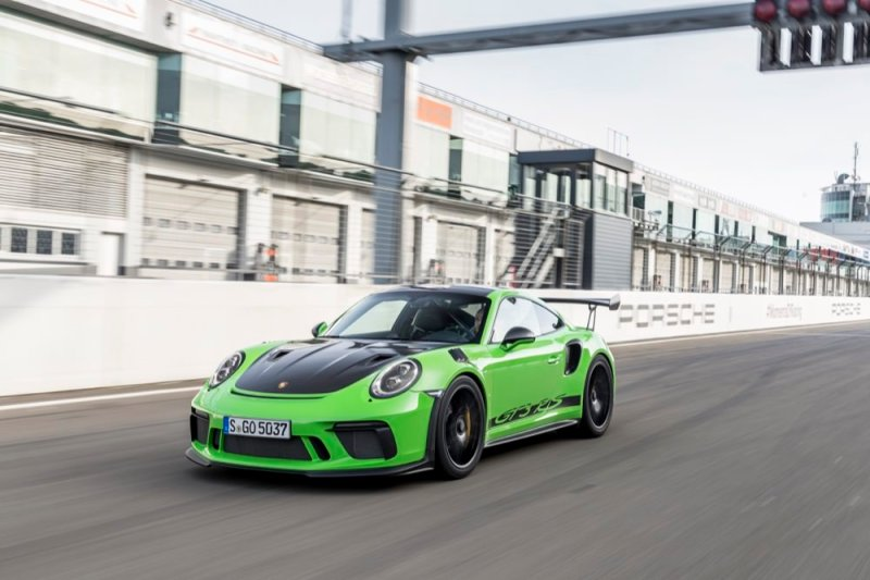 Porsche 911 GT3 RS driving on track