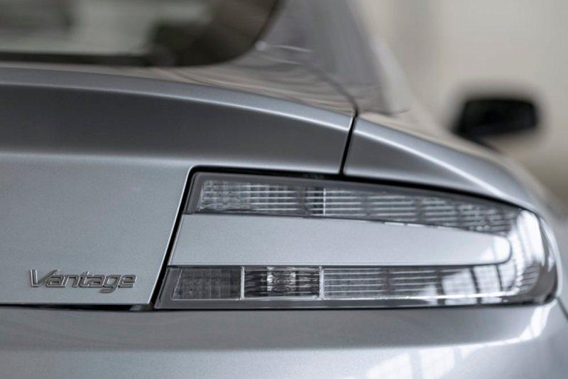 Aston Martin V8 Vantage light