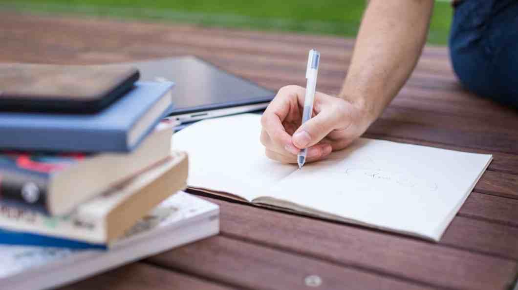 52 Wege zum Erfolg - Dennis Fischer beim Schreiben