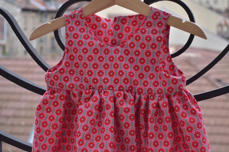 Une robe froncée rouge et rose