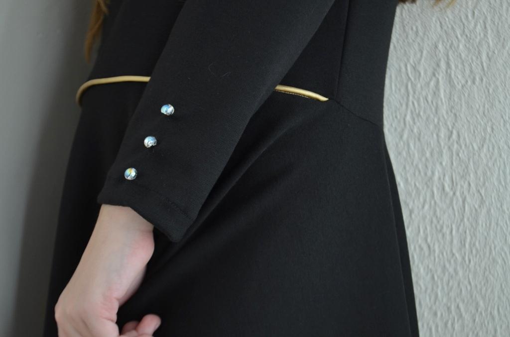 passepoil-dore-et-boutons-perles