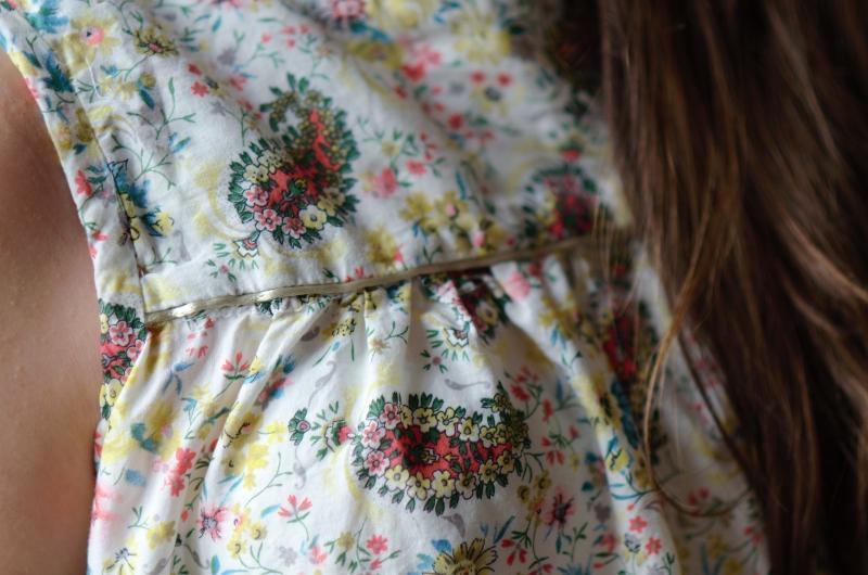 un joli passepoil vert tendre sur la blouse boutonnées dans le dos des Intemporels