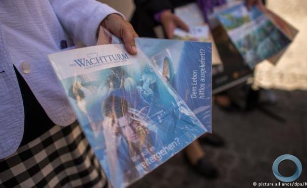 Testemunhas de Jeová distribuem panfletos na Alemanha