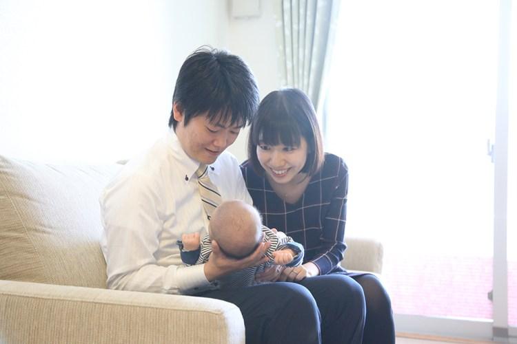 パパとママと赤ちゃん自宅のソファで