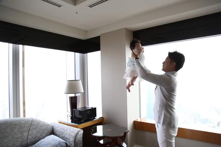 ホテル客室内家族写真