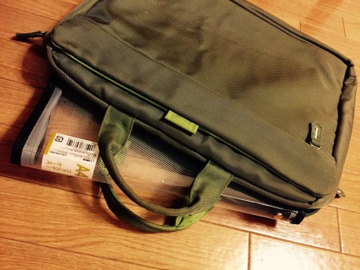セリアの透明ファスナーケースをビジネスバッグに入れた画像