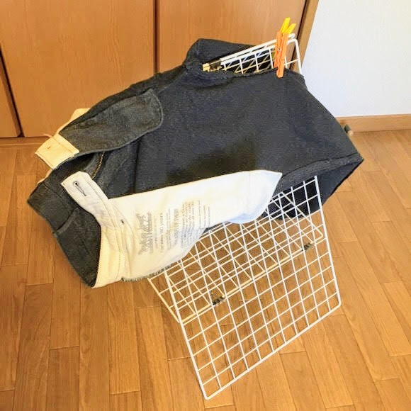 ワイヤーネットをA型に組んで作った部屋干し台にズボンを干した